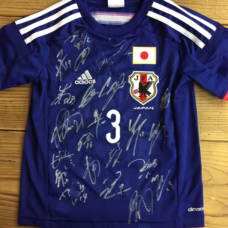 酒井選手から日本代表23人のサインが入ったユニフォームをプレゼント